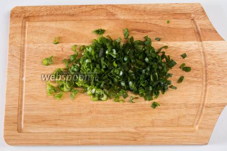 Порезать мелко зелёный лук.