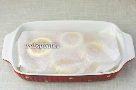 Форму с рыбой накрыть пергаментной бумагой, чтобы получился конверт. В таком виде запекать 40 минут при температуре 200 °С.