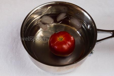 Вынуть помидоры из кипятка и опустить в ледяную воду, чтобы легче было снять кожу. Почистить помидоры от семян.
