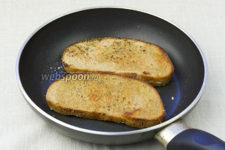 В разогретую сковороду добавить несколько капель растительного масла, выложить кусочки хлеба, присыпать их прованскими травами и прожарить по 1 минуте с каждой стороны.