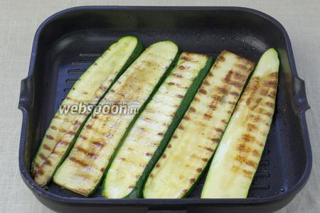 Обжарить на сковороде по 2 минуты с каждой стороны. Дать остыть.