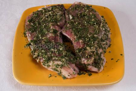 Вымытое просушенное мясо обмазать травяной смесью и поместить в сотейнике в разогретую до 230 °С духовку.