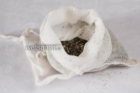 Траву шалфея поместить в марлевый мешок, туда же вложить груз, чтобы мешок не всплывал.
