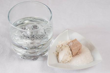 Приготовить дрожжевую смесь: в 100 мл тёплой воды добавить дрожжи, сахар и муку.