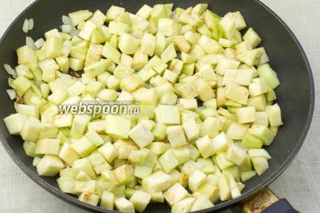 Затем в сковороду добавить отжатые кубики баклажан. Пассеровать 3 минуты.