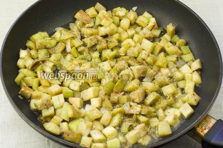 В сковороду влить 0,5 стакана бульона, добавить смесь итальянских трав, накрыть крышкой и тушить 15 минут.