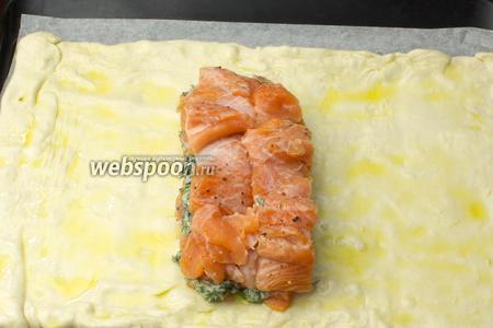 Выложить оставшуюся рыбу так, чтобы получился сандвич с прослойкой зелени. Тесто посолить.