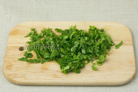Зелень помыть и высушить при помощи бумажных салфеток. Мелко порубить ножом.