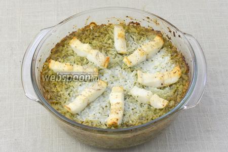 С формы снять фольгу и запекать ещё 10 минут. Готовое блюдо подавать посыпав зеленью.