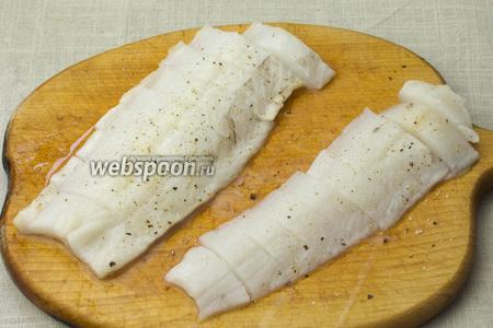 Рыбу промыть и обсушить. Нарезать на небольшие кусочки, посолить и поперчить.