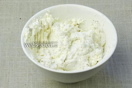 В творог добавить перец и соль по вкусу. Тщательно перемешать.