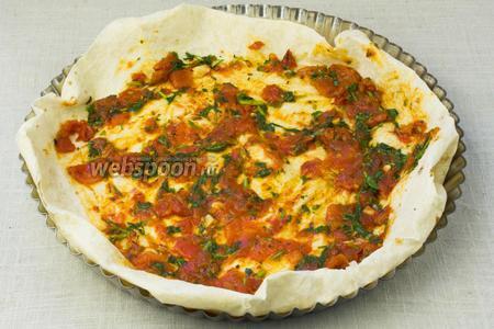 Форму для выпекания смазать оливковым масло и устелить листом лаваша. Смазать томатным соусом.