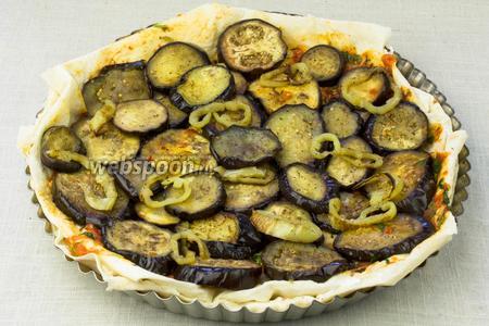 Лаваш смазать соусом и выложить баклажаны с перцем.