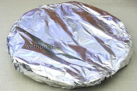 Пирог накрыть фольгой (глянцевой поверхностью внутрь) и поставить в разогретую до 190 °С духовку на 20 минут.