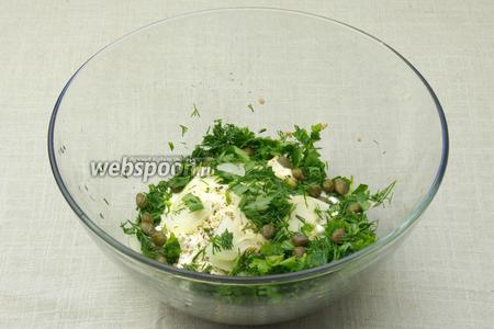 Зелень и лук положить в миску. Также добавить каперсы, майонез и горчицу. Выдавить сок половины лимона и поперчить.