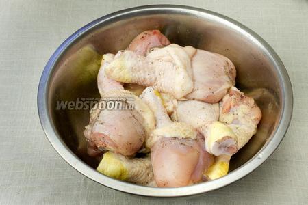 Куриные ножки промыть и обсушить бумажными салфетками. Натереть перцем и солью. Оставить в прохладном месте на 20 минут.