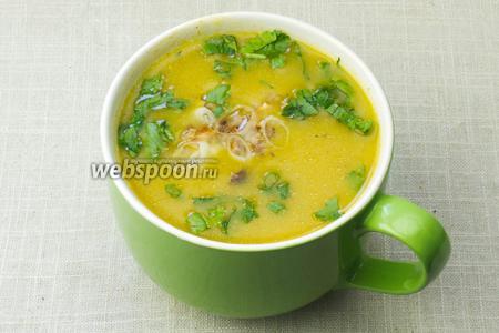 Готовый суп-пюре разлить по тарелкам. Добавить жаренный лук и присыпать зеленью. В таком виде подавать к столу.
