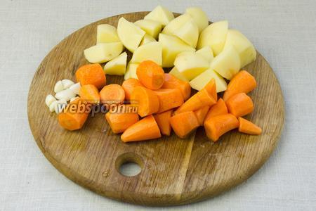 Все овощи очистить от кожуры и крупно порубить.
