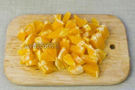 Апельсин очистить от кожуры и нарезать каждую дольку на не крупные кусочки. Следите за тем, чтобы были удалены все косточки.