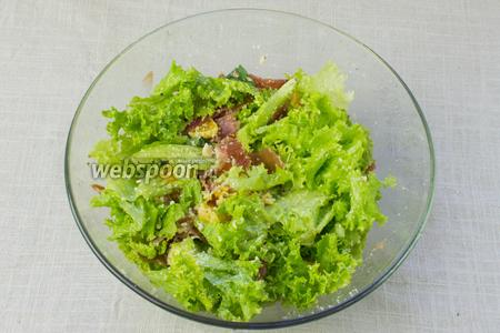 Затем добавить ветчину, апельсин, листья салата и пармезан. Посолить и поперчить. Взбрызнуть оливковым маслом, перемешать и подавать.