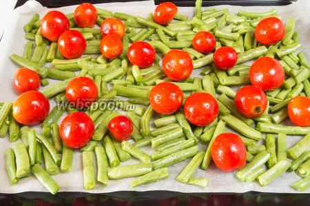 Разложить спаржевую фасоль в один слой на противне, сверху поместить помидоры. Поставить в горячую духовку и запекать овощи 15-20 минут при температуре 180 °С.