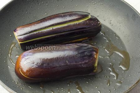 В сковороде с добавлением масла обжарить баклажаны, но не до готовности. Приблизительно 5-7 минут. Переложить в тарелку.