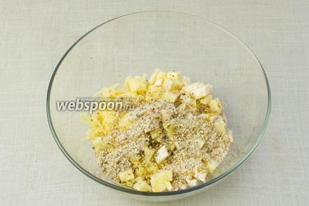 В миске смешать сыры, молотый миндаль и 1 столовую ложку оливкового масла. Немного посолить и поперчить, буквально по 2 щепотки.