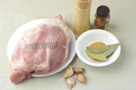 Чтобы приготовить буженину возьмите: кусок филейной части свинины (здесь так называемое «яблочко»), чеснок, чёрный и красный молотый перец, лавровый лист, паприку, сухие зёрнышки горчицы для украшения, соль. Также понадобится фольга.
