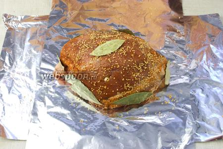 Верхушку посыпать зёрнами горчицы, мясо обложить лавровым листом.