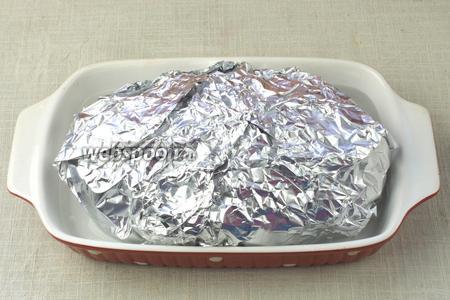 Мясо завернуть в фольгу, но не плотно. Переложить в огнеупорную ёмкость и налить в неё небольшое количество воды. В таком виде запекать 1 час 45 минут при температуре 180 °С. Следите за тем, чтобы вода не испарилась полностью.