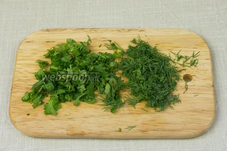 Зелень помыть и обсушить салфетками. Мелко порубить.