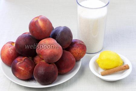 Чтобы сварить такое варенье возьмите: персики, сахар, палочку корицы, лимон. Отдельно понадобятся банки с крышками.