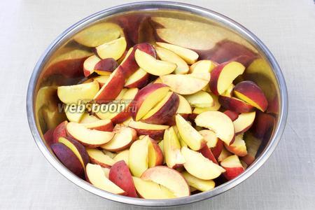Персики (1,5 килограмма) помыть, удалить косточку и нарезать средними дольками в металлическую посуду.
