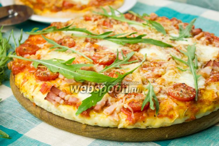 Фото Пицца с беконом и рукколой