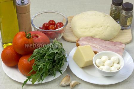 Для такой пиццы возьмите:  тесто для пиццы , помидоры черри, сыры пармезан и моцарелла, рукколу, копчёный бекон (свиная корейка), крупные зубчики чеснока, помидоры для соуса (можно заменить на томатную пасту или сок), специи, соль, оливковое масло.