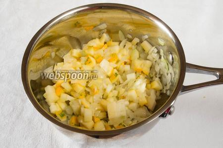 Добавить цукини к чесноку с луком и томить 5 минут.