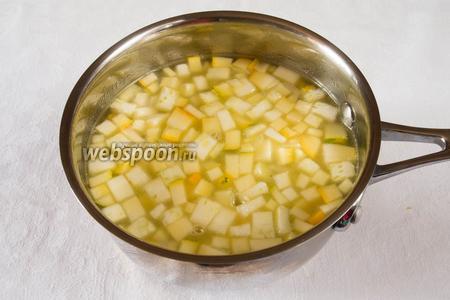Залить овощи кипячёной водой. Варить до готовности 15 минут.