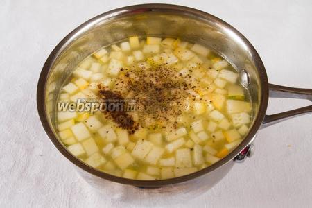 За 5 минут до окончания варки добавить соль, перец и молотый мускатный орех.
