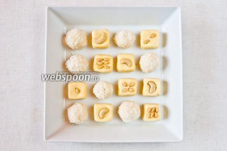 Затем выкладываем кокосовые шарики и молочные квадраты в произвольном порядке. Хранить десерт в пластиковых контейнерах в холодильнике.