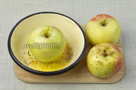 Яблоки вымыть и обсушить бумажными салфетками. Сливочное масло растопить, обвалять яблоки в масле и посыпать их сахарным песком.