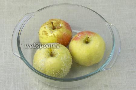 Яблоки выложить в огнеупорную форму и поставить в разогретую до  180 °С на 25-30 минут.