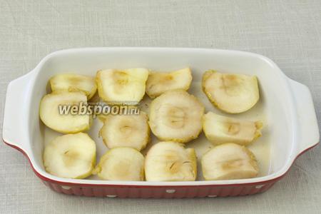 Яблоки порезать на крупные дольки и выложить их в форму, в которой будет выпекаться манное суфле. Туда же влейте сок и масло, которые остались в форме, где яблоки выпекались.