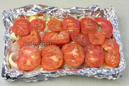 Сверху выложить помидоры. Посолить и поперчить.