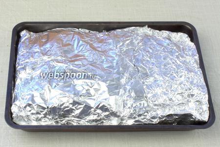 Завернуть ингредиенты фольгой и выпекать при 200-220 °С приблизительно 90 минут. Это блюдо можно приготовить и на углях.