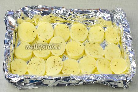 Сложить фольгу в два слоя (глянцевой поверхностью наружу). Выложить картофель.