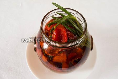 Сложить помидоры в банку, залить оливковым маслом.