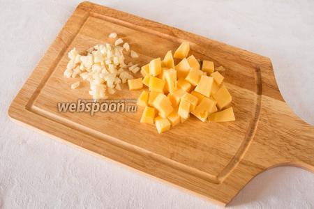 Нарубить чеснок, нарезать сыр кубиками.