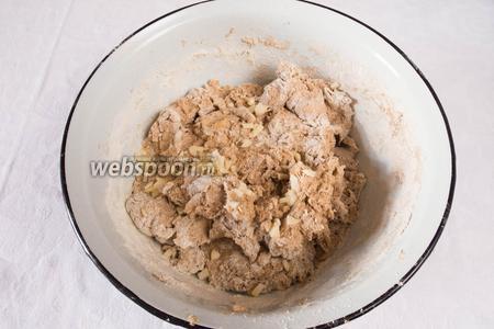 Замесить чеснок в тесто. Добавить соль и месить ещё 5 минут.
