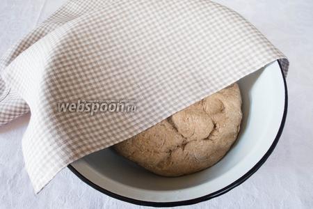 Накрыть миску с тестом влажной салфеткой и поставить в тёплое место на 20 минут.