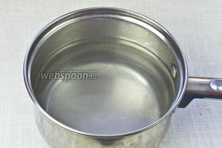 Приготовить маринад. Для этого развести в очищенной воде соль и сахар. Довести до кипения и варить 3 минуты. На 1 литр маринада необходимо по 1 столовой ложке соли и сахара.